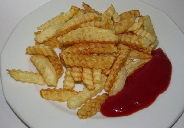 Картопля фрі з соусом або сиром