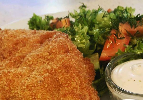 Курочка пармезан з овочевим салатом