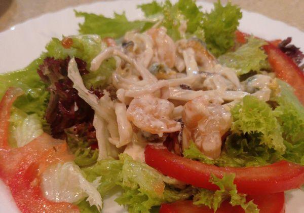 Теплий салат з морепродуктами